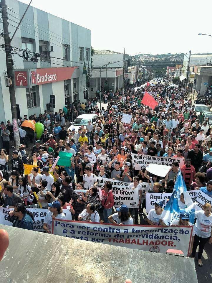Educadores participam de passeata em Sumaré (SP) Foto enviada para o whatsapp de NOVA ESCOLA