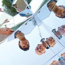 Olhar o espelho e estudar a luz. Foto: Joyce Cury