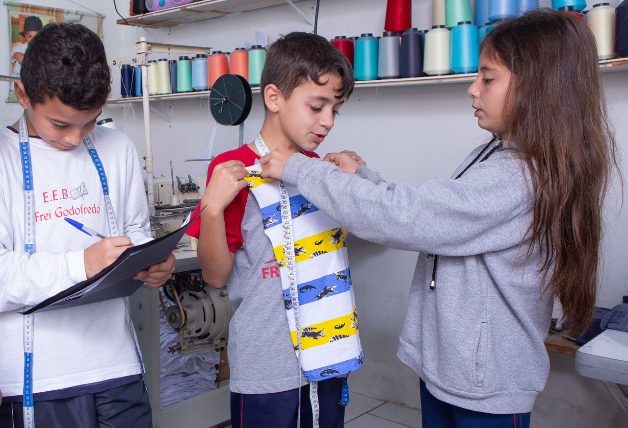 Alunos do EEB Frei Godofredo, em Gaspar (SC), tiram medidas e fazem anotações dentro do projeto Costurando a Matemática