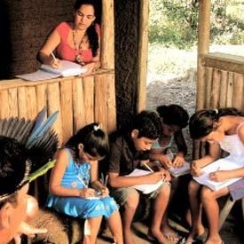 Legenda: Em busca das origens: Andrea e seus alunos entrevistam os mais velhos e trazem de volta a cultura de seu povo. Foto: Ricardo Benichio
