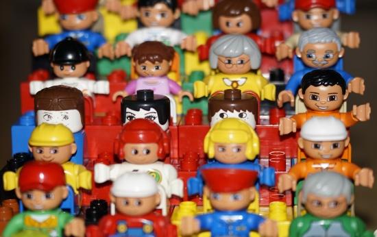 Grupo de bonecos lego enfileirados