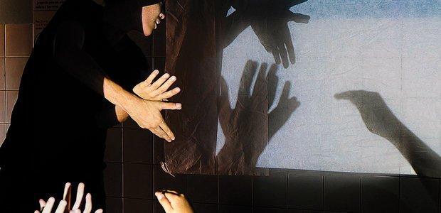 O hábito de brincar com as sombras das mãos ganhou novo signifcado para a sala . Foto: Elisa Elsie