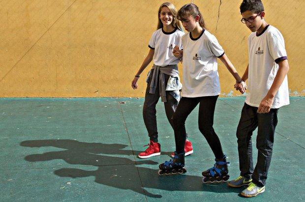 Na patinação, o desafio do equilíbrio sobre rodas foi enfrentado com a ajuda de colegas. Joyce Cury