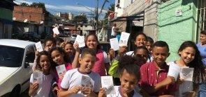 Alunos da professora Débora Garofalo fazem ação contra trabalho infantil em São Paulo