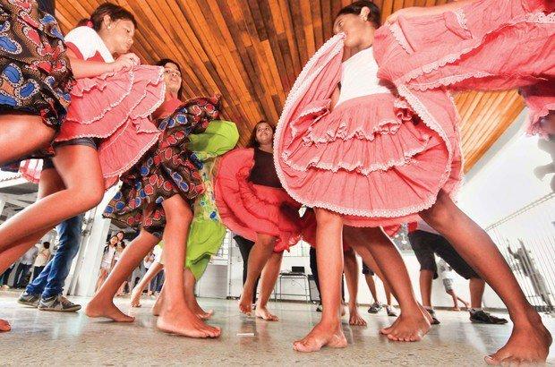 O balanceio da saia é um dos passos básicos feitos pelas meninas ao dançar o siriri. Marcos Negrini/Agência Phocus