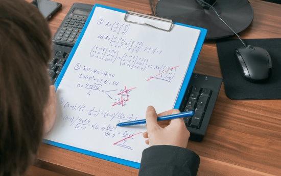 Ao corrigir a prova, posso usar caneta vermelha ou colocar um X nas respostas erradas dos alunos?
