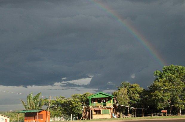 A segunda etapa da viagem foi na comunidade do Tumbira, às margens do Rio Negro. Lá, é fácil ver a chuva chegando ao longe. Depois que ela passou, um arco-íris tornou a paisagem onde fica a EE Tomas Lovejoy ainda mais inspiradora.