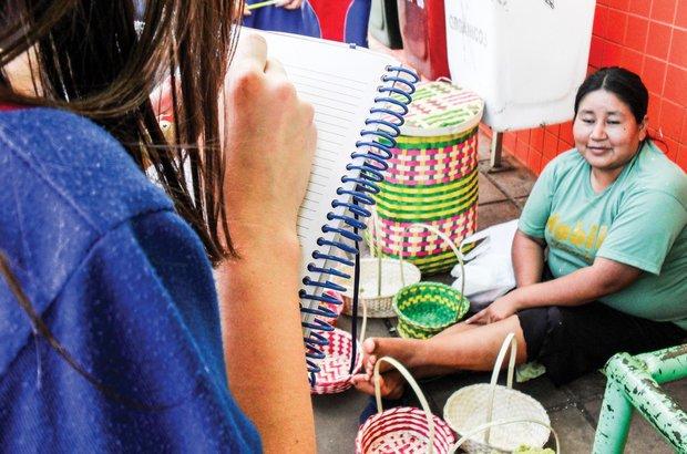 <em>As crianças conversaram com uma índia caingangue sobre o artesanato feito na aldeia e vendido na cidade.</em> Arquivo pessoal/Cristiele Terhorst