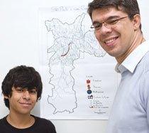 O professor ensinou os estudantes do 9º ano a trabalhar com mapas temáticos em um estudo sobre a ocupação e expansão da cidade. Foto: Fernanda Preto