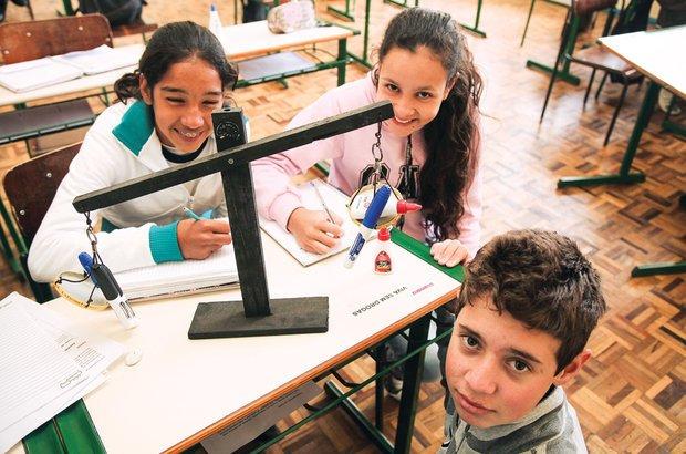 Os monitores levaram uma balança para a sala e discutiram sobre equações de 1º grau. Manuela Novais
