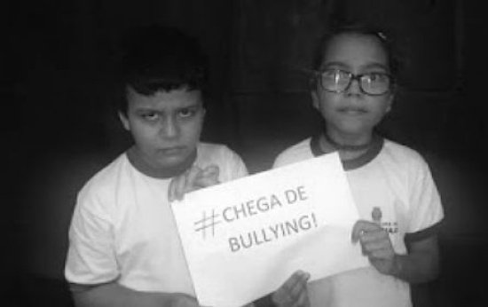 Alunos seguram cartaz contra o bullying