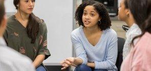 Alunos reunidos em círculo, em uma roda de conversa, em sala de aula