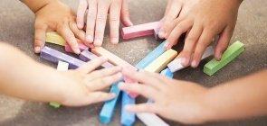 Crianças pegam giz colorido