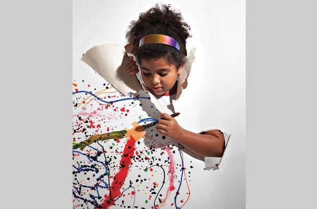 Ana Lívia Assis Tavares, 8 anos, dá vida a um traçado de pontos e linhas. Marcos Rosa