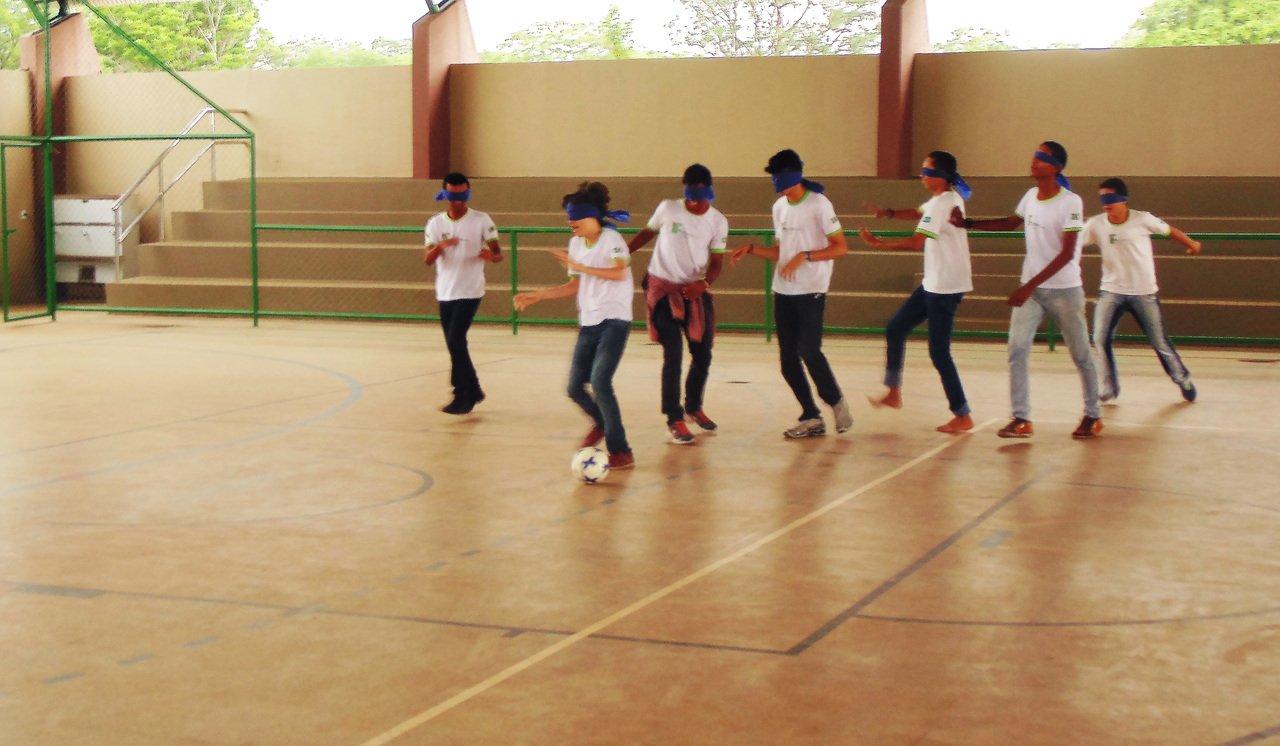Alunos de Leonardo Coelho em Corrente, o Piauí, durante uma aula de Educação Física Adaptada