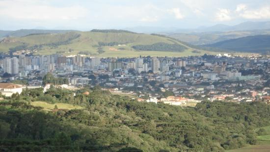 Vista aérea de cidade localizada entre montanhas