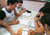 TROCA E REGISTRO Crianças elaboram maneiras próprias de resolver os problemas e discutem as hipóteses. Foto: Herminio Oliveira