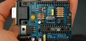 Mão segurando peça de computador