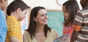 Professora discute livro com crianças na sala de aula