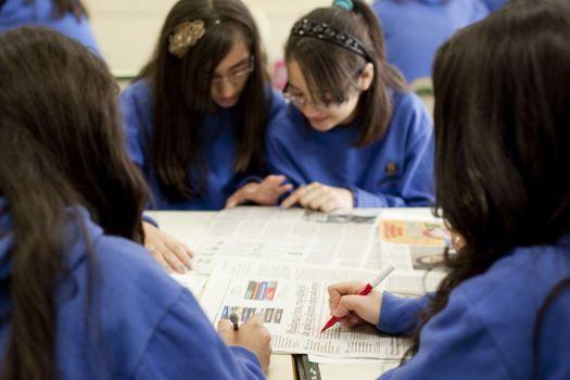 A leitura de jornais é parte importante do trabalho. Foto: Marina Piedade