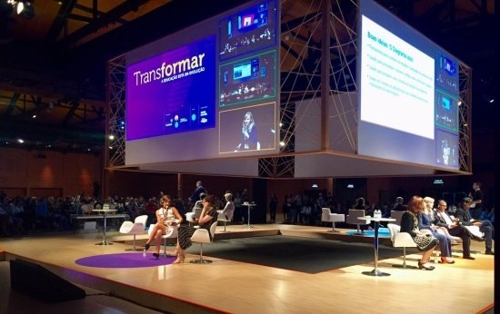 Vista do palco roxo e laranja do evento Transformar 2017. No roxo, Jill Lizier, do Swasey Central School (EUA), e Alec Barron, do Del Lago Academy (EUA). No laranja, Helen Walsh, da Seattle Public Schools District, e Willmann Costa, Colégio Chico Anysio