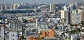 Vista aérea de Osasco, cidade da região metropolitana de São Paulo; imagem de prédios, casas e ruas.