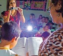 Carmem usa a estratégia de filmar as aulas, aprendida durante formação de coordenadores, para aprimorar a prática pedagógica. Foto: Gustavo Lourenção