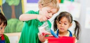 Crianças misturam ingredientes na cozinha