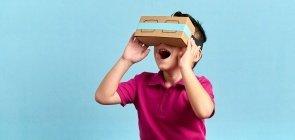 Uma criança de cinco anos com óculos de papelão