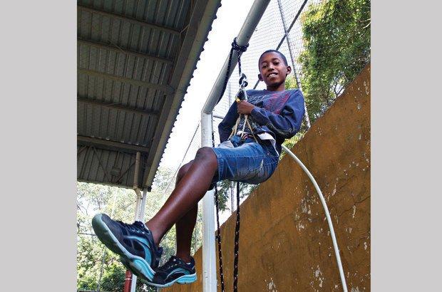 No rapel, a trave da quadra fez o papel de vão livre para a descida com cordas. Joyce Cury
