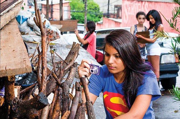 O grupo de Marcela da Silva, 12 anos, sugeriu a instalação de caçambas para o lixo, que hoje se acumula na rua. Lia Lubambo