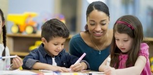Professora em sala de aula de Educação Infantil