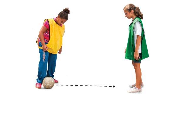 Quando um jogador chuta a bola para outro atleta do mesmo time