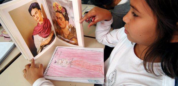Aluna da EE Ludovina Credídio Peixoto utiliza caderno na aula de artes dirigida pela professora Paula Modenesi, eleita Educadora do Ano do Prêmio Victor Civita Educador Nota 10 de 2007, pelo desenvolvimento do projeto Auto-Retrato na área de Artes. Foto: Daniel Aratangy