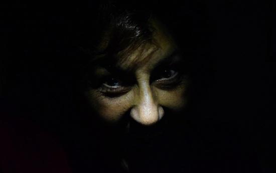 Olhos cheios de ódio na escuridão