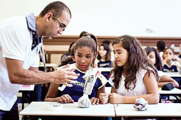 Com folhas de jornal e fita adesiva, os alunos aprenderam como fazer uma peteca. Pedro Silveira