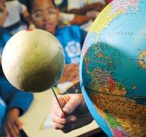 Objetos simples, como um globo terrestre e bolas de isopor, ajudam nas experiências em classe, como as feitas na EM Ayrton Senna, no Rio de Janeiro. Foto: André Valentim