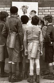 Crianças na Paris ocupada, em 1940, lêem instruções sobre o uso de máscaras de gás: tempo de perseguições ideológicas. Foto: HULTON ARCHIVE/Getty Images