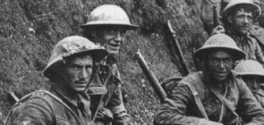 Soldados do regimento Royal Irish Rifles ocupam trincheira na Batalha de Sommes, na França, uma das mais importantes da Primeira Guerra Mundial