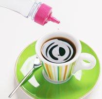 Xícara de café com adoçante. Foto: Fabio Castelo