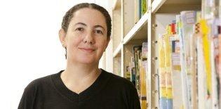 Retrato de Mara Mansani em biblioteca