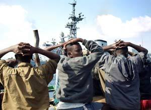 Acusados de pirataria são presos no Golfo de Aden. Foto: AFP