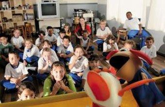 Cenas da escola Coronel Antônio Lehmkuhl, em Águas Mornas (SC), onde o horário ampliado permite uma série de ações em torno de temas comuns: teatro de bonecos criado e encenado pelas próprias crianças. Foto: Eduardo Marques