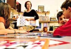 Fabiana mostra trabalhos de Volpi para os alunos (acima) e os orienta na hora da produção (abaixo): estudos teóricos e criação artística. Foto: Gilvan Barreto