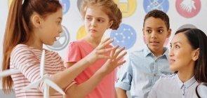 Professor ouve alunos durante aula com uso de metodologias ativas