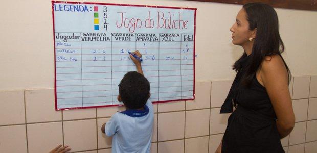 Enquanto a turma jogava, Luciane passava entre as duplas para ajudar as crianças a lembrar das regras do jogo. Em alguns momentos, eles tiveram que explicar à professora e aos colegas qual foi a estratégia utilizada para resolver o cálculo. Foto: Janduari Simões
