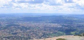 Vista superior da cidade de Atibaia na Pedra Grande. vê-se vegetação e casas bem distantes