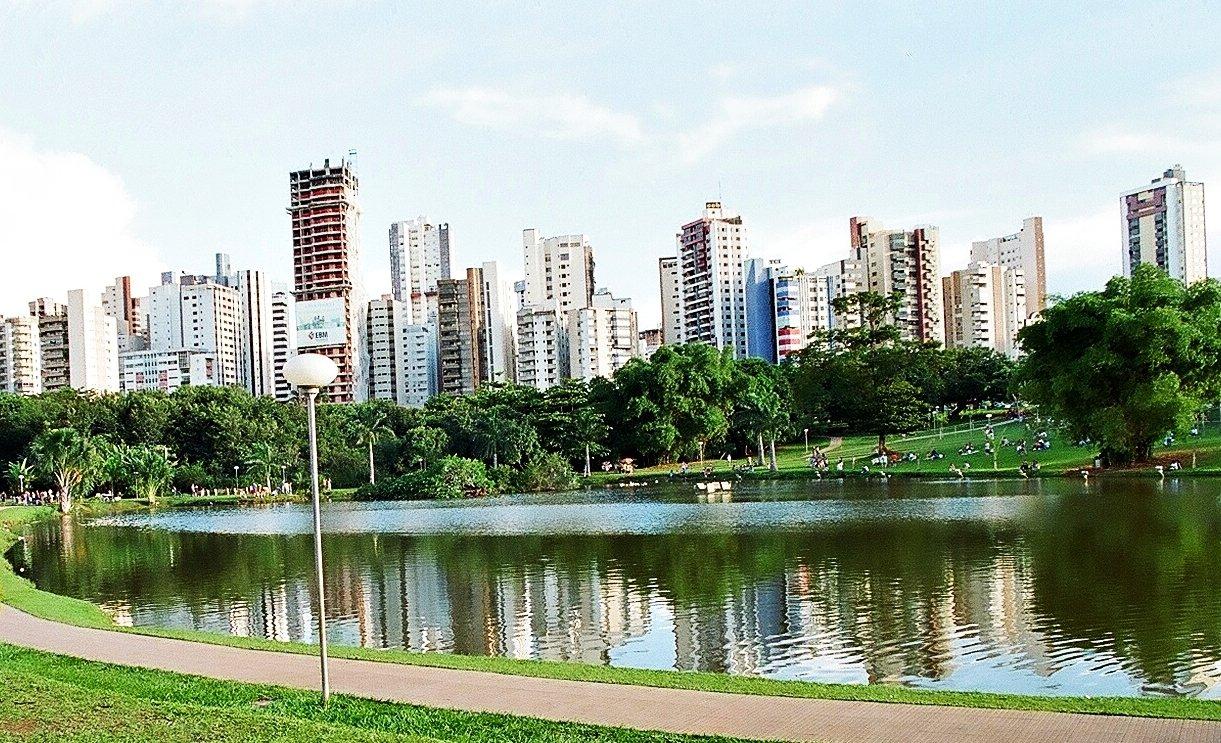 Lago em parque de Goiânia com prédios ao fundo