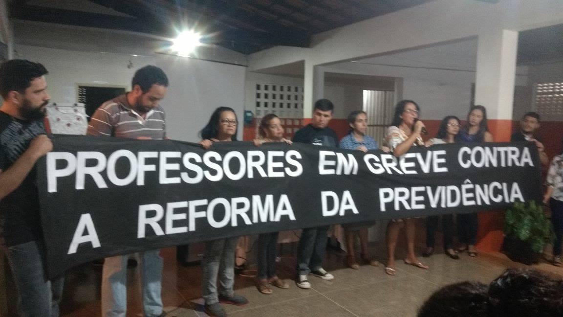 Professores seguram um cartaz com o dizer: 'professores em greve contra a reforma da previdência'