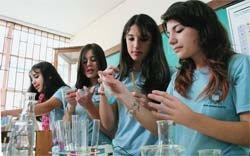 MÃO NA MASSA Estudantes de Curitiba conhecem bem a vidraria e sabem como usar os recursos do laboratório. Foto: Marcelo Almeida
